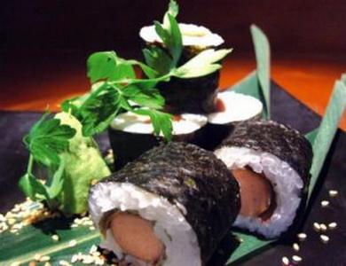 1308801980-am-thuc-24h-sushi-cuon-xuc-xich