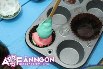 banh cupcake cau vong 04.09.14 14 Cách làm bánh cupcake cầu vồng