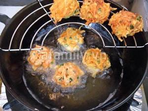 Banh carot 20.11.14 6 Hướng dẫn làm bánh cà rốt chiên giòn