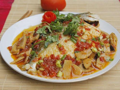 caomnamvacachua1 Cách làm cá om nấm và cà chua