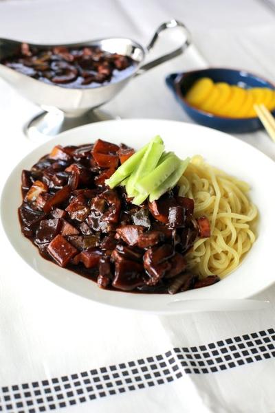 mi tuong den 1 Cách làm mỳ tương đen Hàn Quốc
