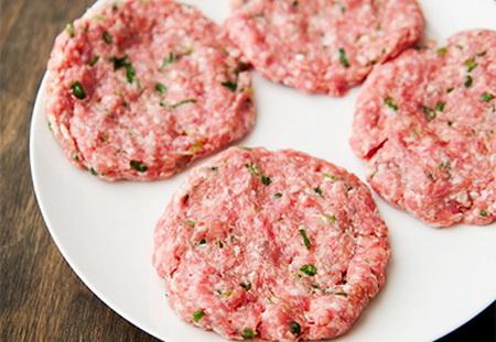 hamburger-thit-heo-nuong-kieu-moi-ngon-het-cho-che-2