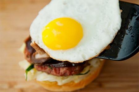 hamburger-thit-heo-nuong-kieu-moi-ngon-het-cho-che-7