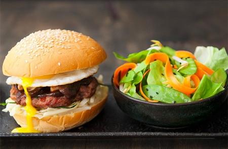 hamburger-thit-heo-nuong-kieu-moi-ngon-het-cho-che-8