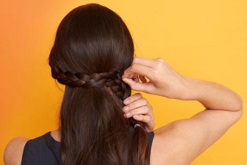 Tự tạo 3 kiểu tóc đơn giản, sành điệu để đội mũ bảo hiểm