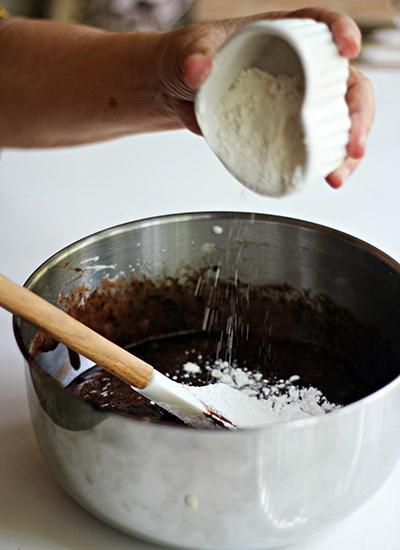 cach-lam-banh-chocolate-crinkles-banh-quy-phu-tuyet-cua-mua-dong-5