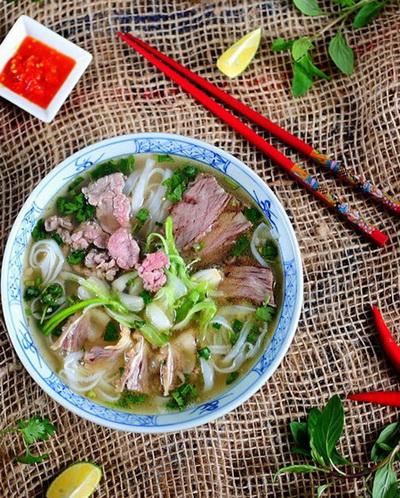 huong-dan-cach-nau-pho-bo-tai-nha-don-gian-ma-van-thom-ngon-1