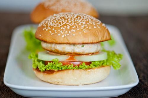 tu-lam-hamburger-ga-chien-cho-bua-sang-nhanh-gon-du-chat-1