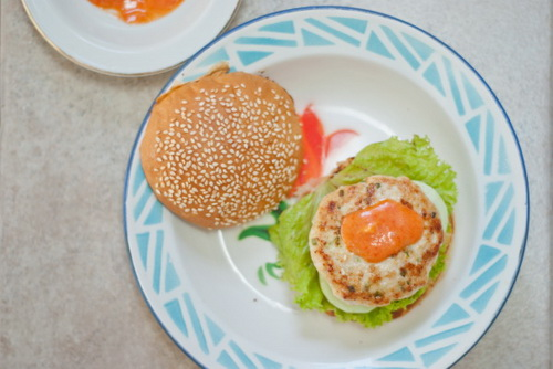 tu-lam-hamburger-ga-chien-cho-bua-sang-nhanh-gon-du-chat-12
