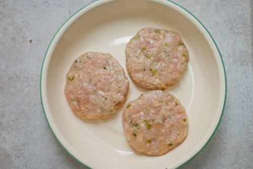 tu-lam-hamburger-ga-chien-cho-bua-sang-nhanh-gon-du-chat-5