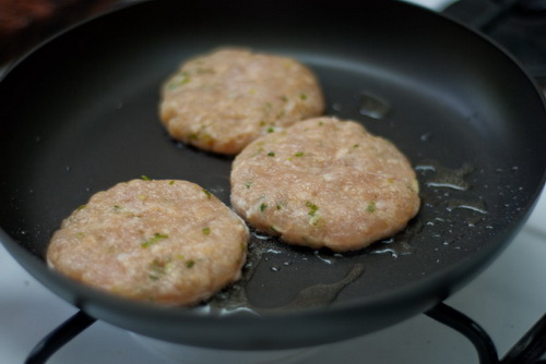 tu-lam-hamburger-ga-chien-cho-bua-sang-nhanh-gon-du-chat-6