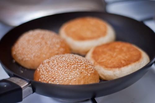 tu-lam-hamburger-ga-chien-cho-bua-sang-nhanh-gon-du-chat-9