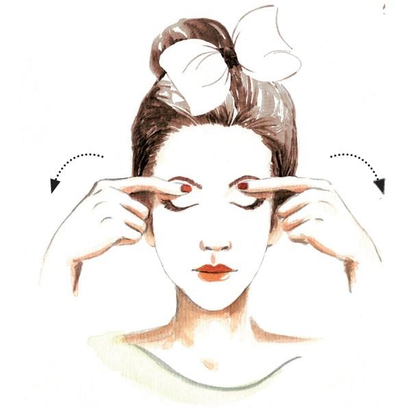 Massage giúp vùng da mắt giảm nếp nhăn và được thư giãn